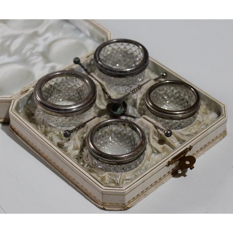 Lot de quatre bols en cristal taillé et argent