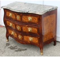 Commode Louis XV galbée en bois fruitié