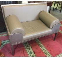 Canapé 1 1/2 places en cuir gris, armature en bois
