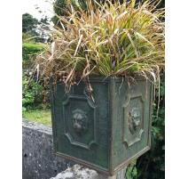 """Jardinière carrée """"Têtes de lions"""" en fonte verte"""