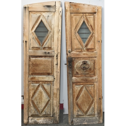 Porte cintrée avec gonds et marteau.