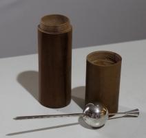 Pèse-alcool en métal argenté dans son étui en bois