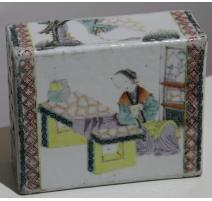 "Oreiller chinois en porcelaine ""Femme assise"""