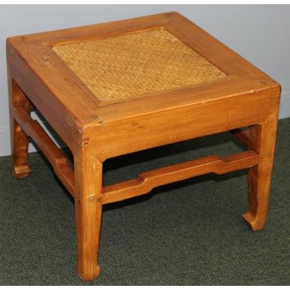 Table bout de canapé chinoise avec dessus en rotin