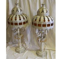 Majestueuse paire de lampes en fer peint