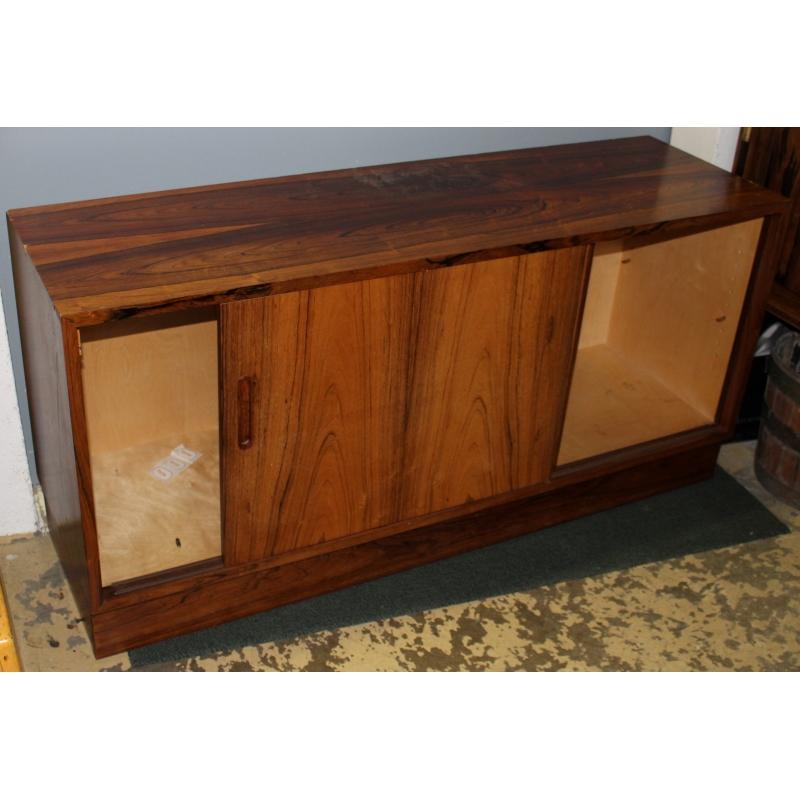 buffet danois deux portes par hundevad co moinat sa antiquit s d coration. Black Bedroom Furniture Sets. Home Design Ideas
