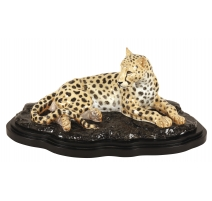 """Sculpture """"Guépard couché"""" en porcelaine"""