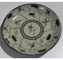 Petite assiette en porcelaine décor fleurs noires