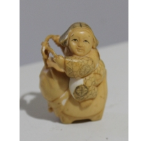 Netsuke japonais fillette chevauchant un chat