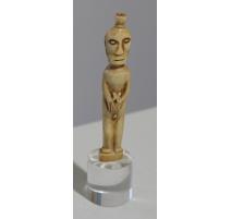 Petite statue en ivoire dans le gout Moai Vie