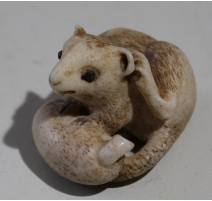 Netsuke rat tenant une courgette