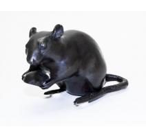 """Bronze """"Rat tenant une châtaigne"""", patine brune"""