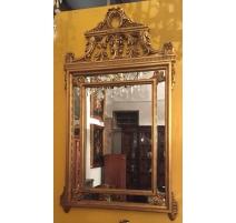 Miroir à parts closes en bois sculpté doré