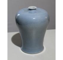 Vase en porcelaine bleu de lune décor ton sur ton