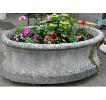 Fontaine ovale moulurée en pierre du Jura