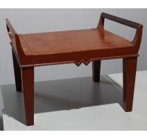 Table basse laquée rouge avec anses