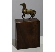 Cheval en bronze sur un haut socle en bois