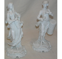 Paire de personnages en porcelaine blanche.