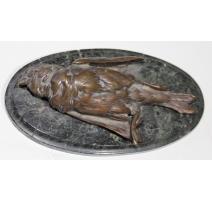 Moineau mort en bronze sur socle ovale en marbre