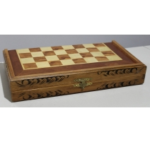 Boite d'échecs en bois sculpté