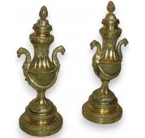 Paire de bougeoirs-cassolettes Louis XVI.