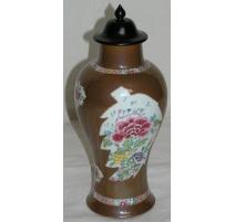 Vase brun avec couvercle.