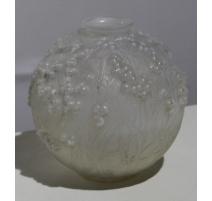 """Vase boule """"Druide"""" signé R. LALIQUE"""
