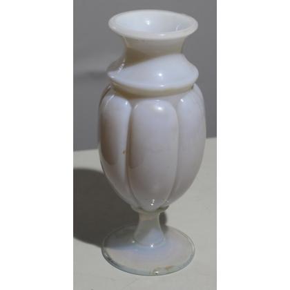 Vase à talon et godrons en opaline blanche