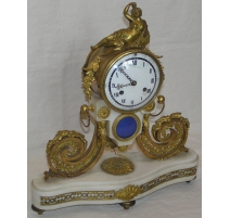 Pendule Louis XVI en bronze doré et marbre blanc