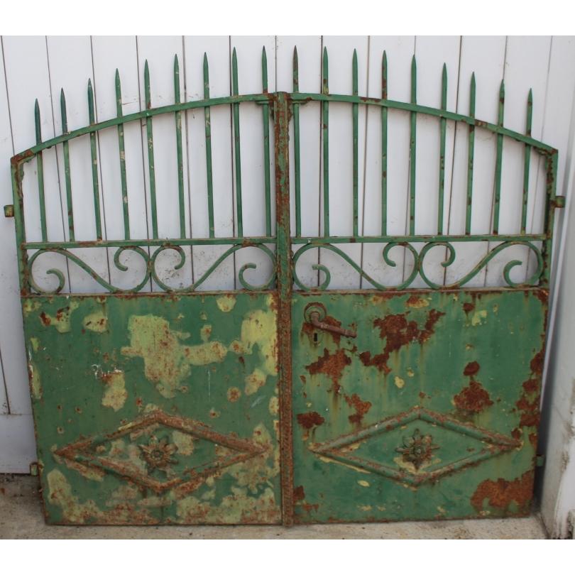 Portail à deux vantaux en fer forgé vert