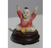 Netsuke Enfant assis les bras en l'air