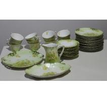 Service en porcelaine verte décor de fleurs