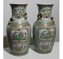 Paire de vases en porcelaine famille verte