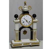 Pendule de portique Louis XVI en marbre noir