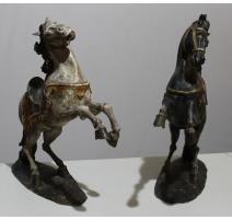 Paire de chevaux en bois sculpté, noir et blanc