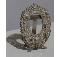 Cadre ovale en argent repoussé