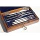 Compas avec accessoires dans une boite en bois