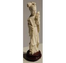Sculpture d'une Geisha tenant deux roses