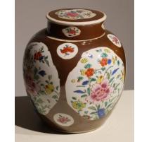 Vase en porcelaine famille rose sur fond brun