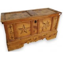 Bahut marqueté à décor d'étoiles daté 1720