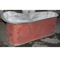 Baignoire en cuivre étamé peinte rouge