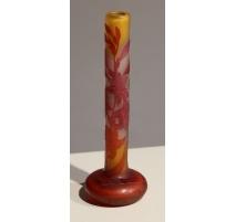 Vase soliflore rouge sur fond jaune signé *GALLÉ