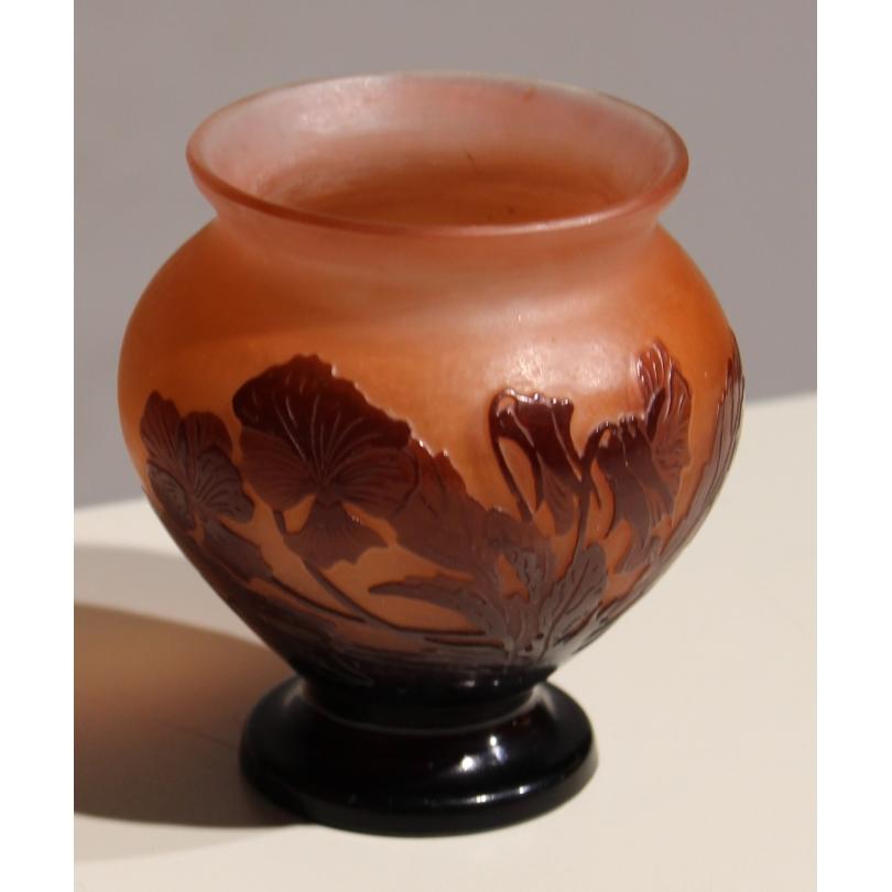 Vase bulbe violet sur fond rose signé GALLÉ