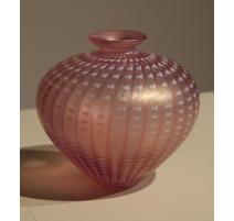 Vase boule en verre rose signé VALLIEN pour KOSTA
