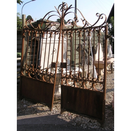 Gate with two leaves.