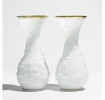 Paire de vases cornets en opaline blanche