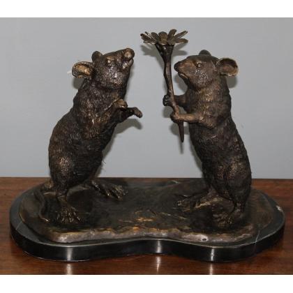 Couple de rats portant une fleur en bronze