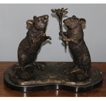 Couple de rats portant une fleur en bronze