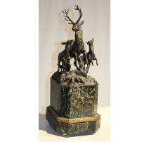 Pendule en marbre ornée d'un cerf et de biches