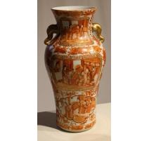 Vase en porcelaine de Canton émaillée corail